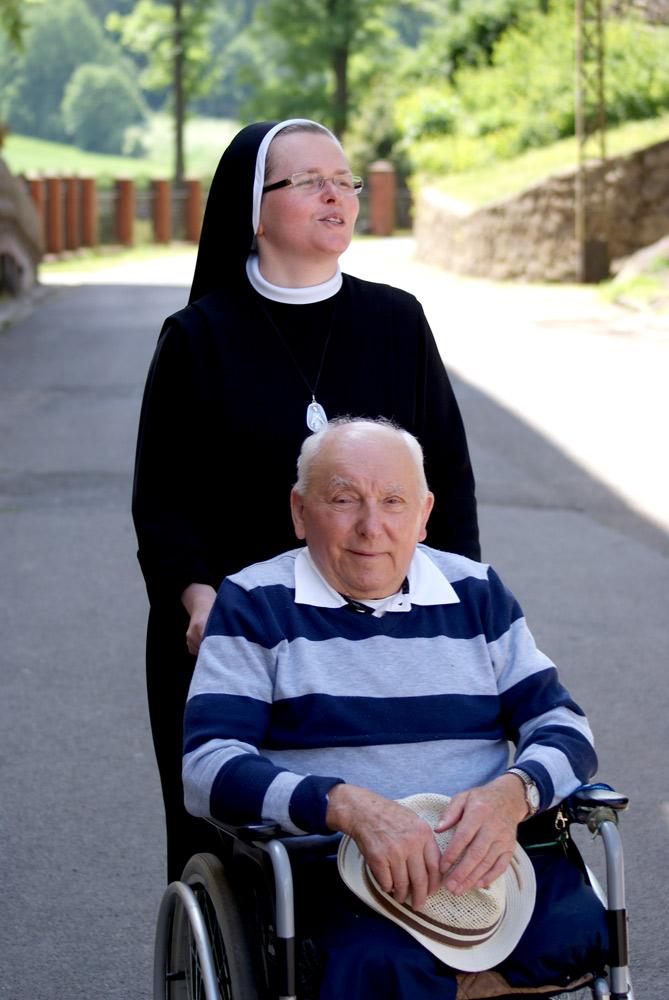 Zdjęcie siostry z pacjentem na wózku inwalidzkim